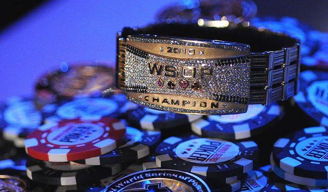 Goldenes WSOP Bracelet von 2010 auf Pokerchips