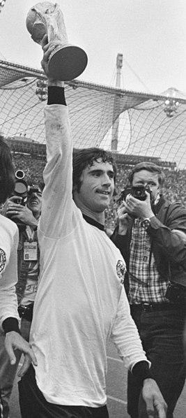 Gerd Müller hält Pokal in die Höhe Schwarz-Weiß-Aufnahme