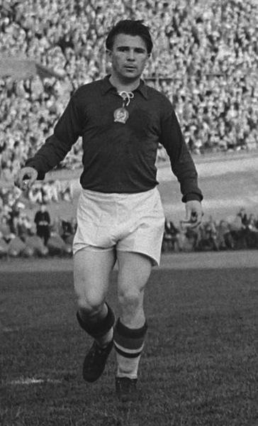 Ferenc Puskás im Stadion Schwarz-Weiß-Aufnahme Frontansicht