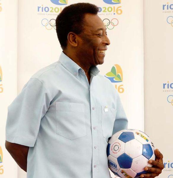 Pelé im Profil mit Fußball in der Hand