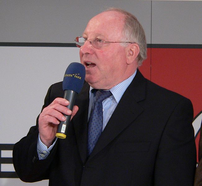 Uwe Seeler spricht ins Mikrofon bei Eröffnung der Arena of Football im Europapark Rust 2006