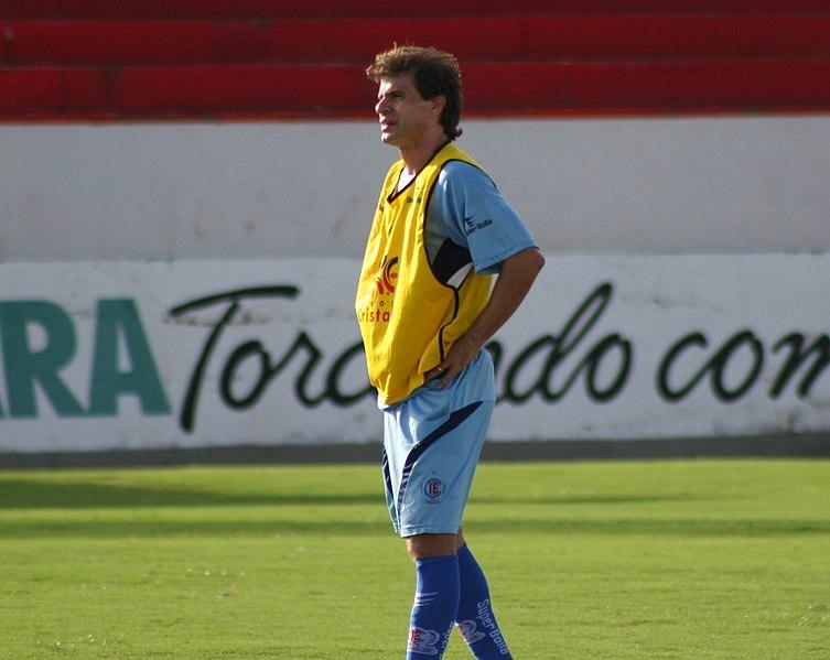 Túlio Maravilha auf dem Fußballfeld Seitenansicht