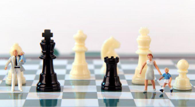 Getrennte Miniatur Familie in Schachfeld Schachfiguren