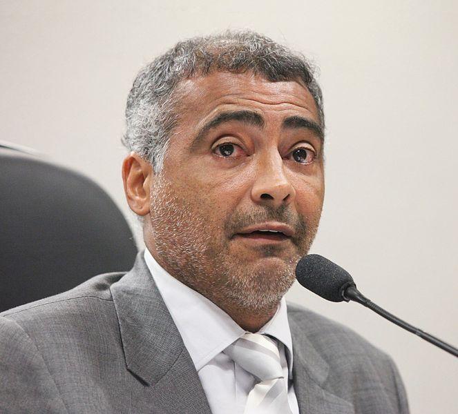 Romário am Mikrofon Frontansicht