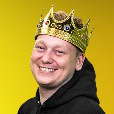 TheRealKnossi Twitter Profilbild Portrait mit Krone gelber Hintergrund