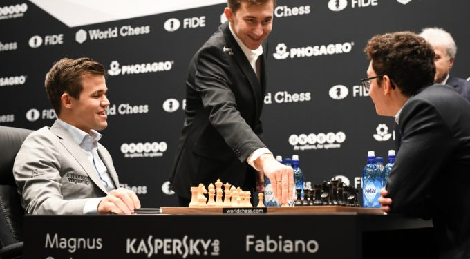 Schach Weltmeisterschaft 2018 Magnus Carlsen am Schachtisch gegen Fabiano Caruana