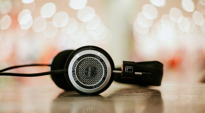 Kopfhoerer fuer Gluecksspiel Podcasts