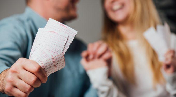 Paar mit mehreren Lottoscheinen hofft auf höhere Gewinnchancen