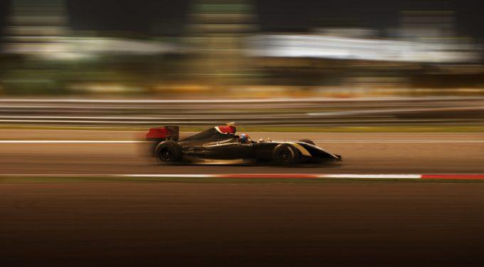 Formel 1 Auto in schneller Fahrt