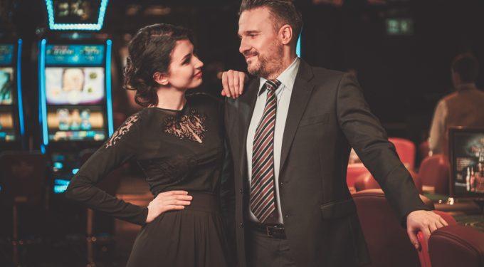 Paar mit passenden Dresscode im Casino