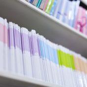 Wissenschaftliche Bücherreihe in Regal