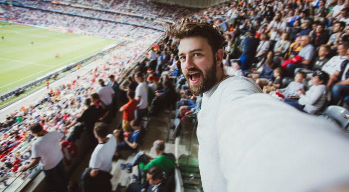 Mann macht Selfie in Fussballstadion