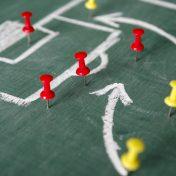 Aufgemaltes Fussballfeld mit Pins zur Strategieplanung