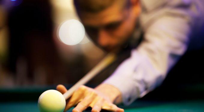 Snooker Spieler Nahaufnahme Anstoß weiße Kugel