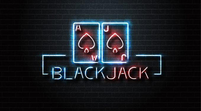 Blackjack Leuchtschrift vor schwarzer Wand