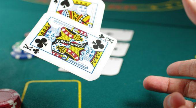 Spielkarten am Pokertisch