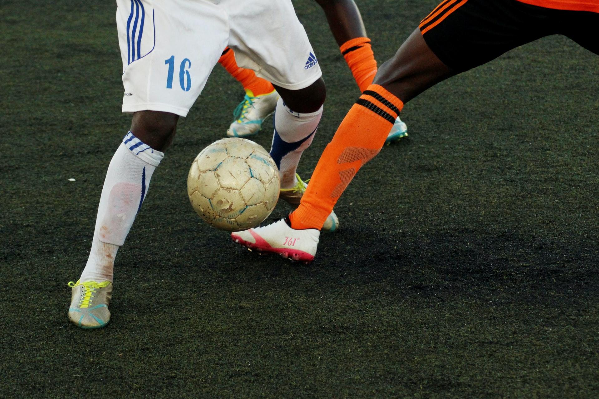 Pressing im Fußball: Eine Mannschaft führt die Taktik nach Ballverlust aus