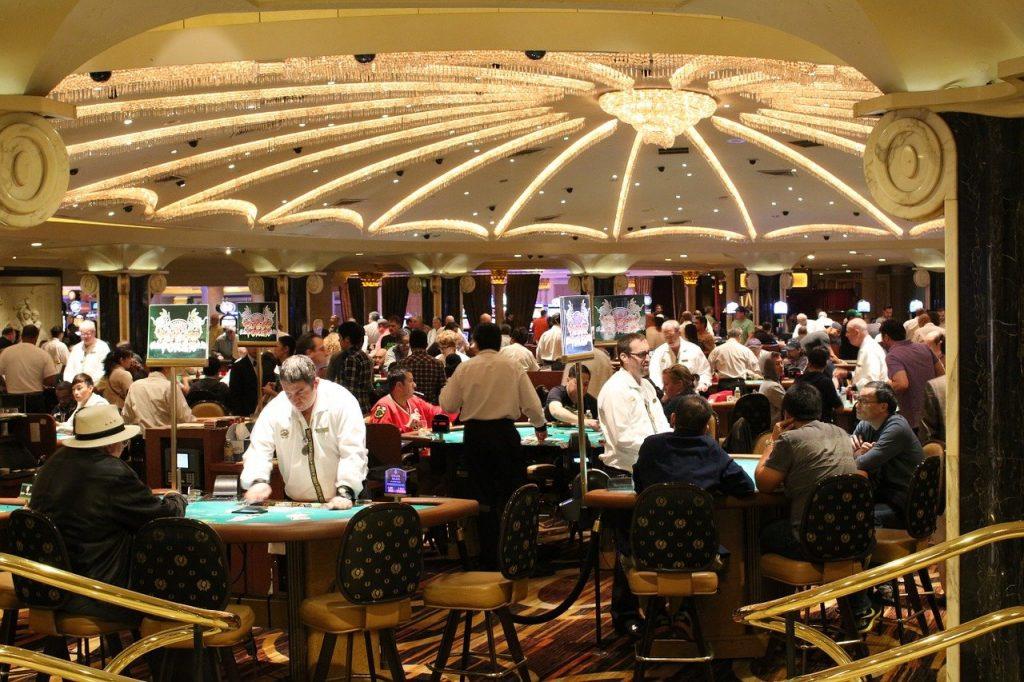Casino Spielsaal Spieltische Menschen
