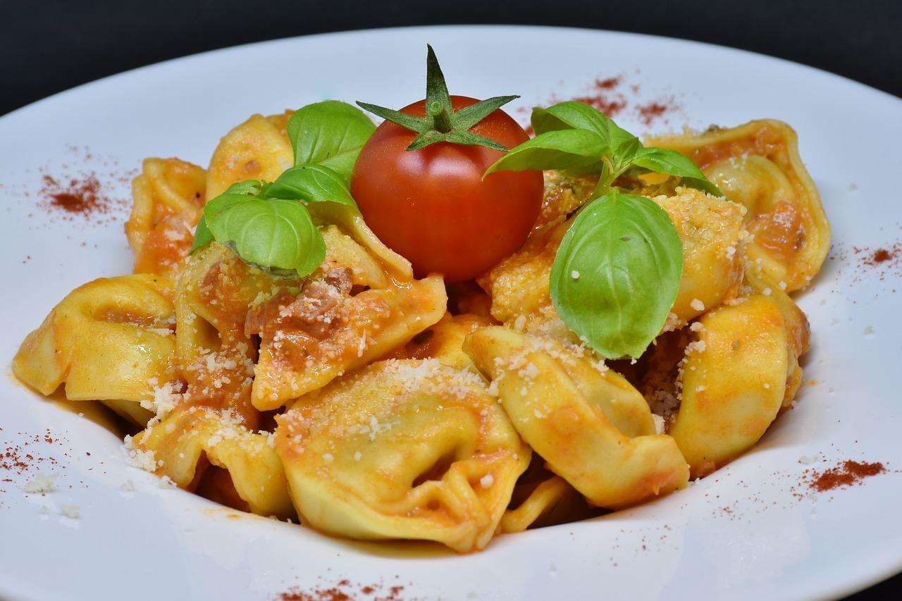 Tortellini Nudeln Pasta Basilikum Tomaten