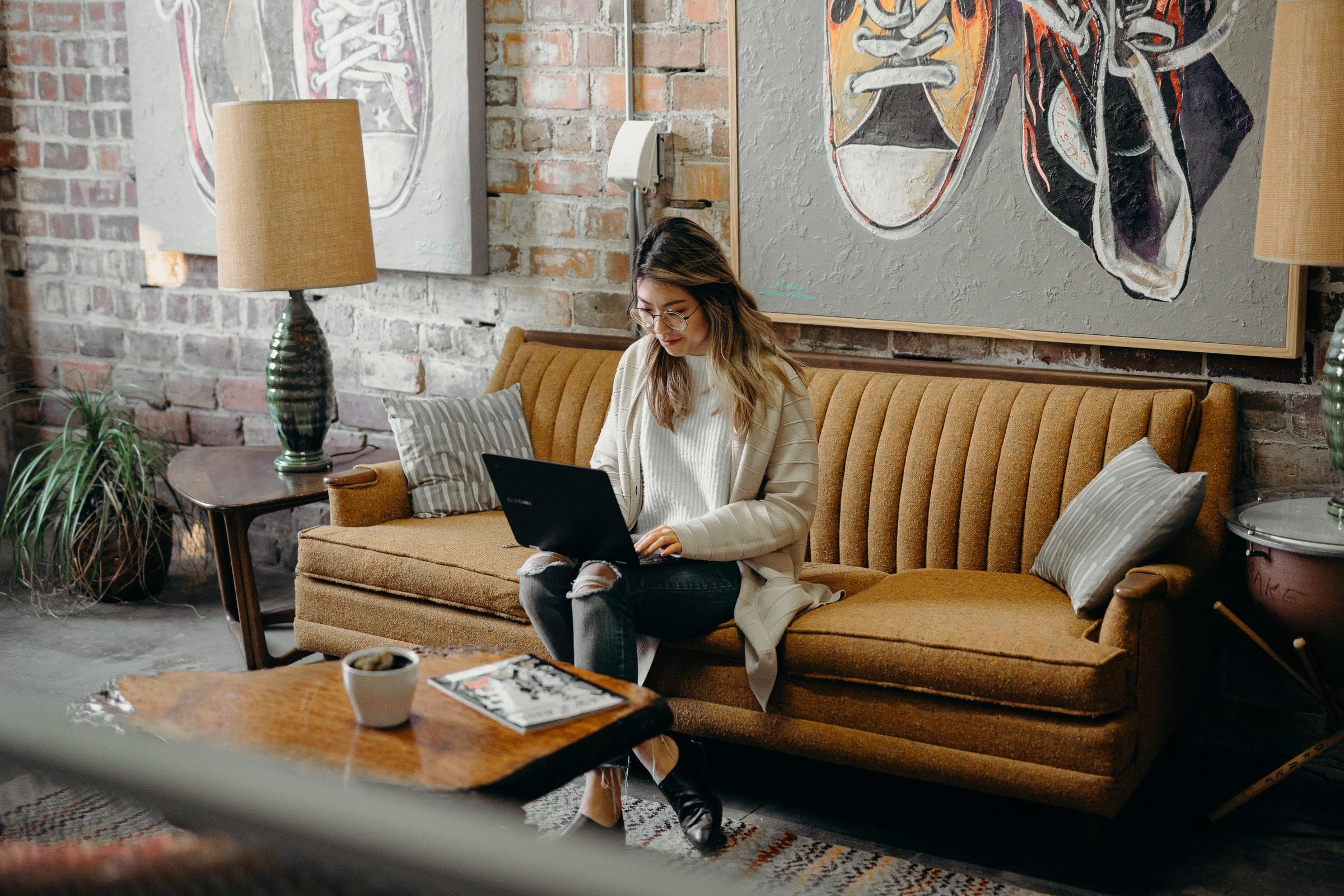 Arbeiten von der Couch aus: Home Office kann bequem und belastend sein