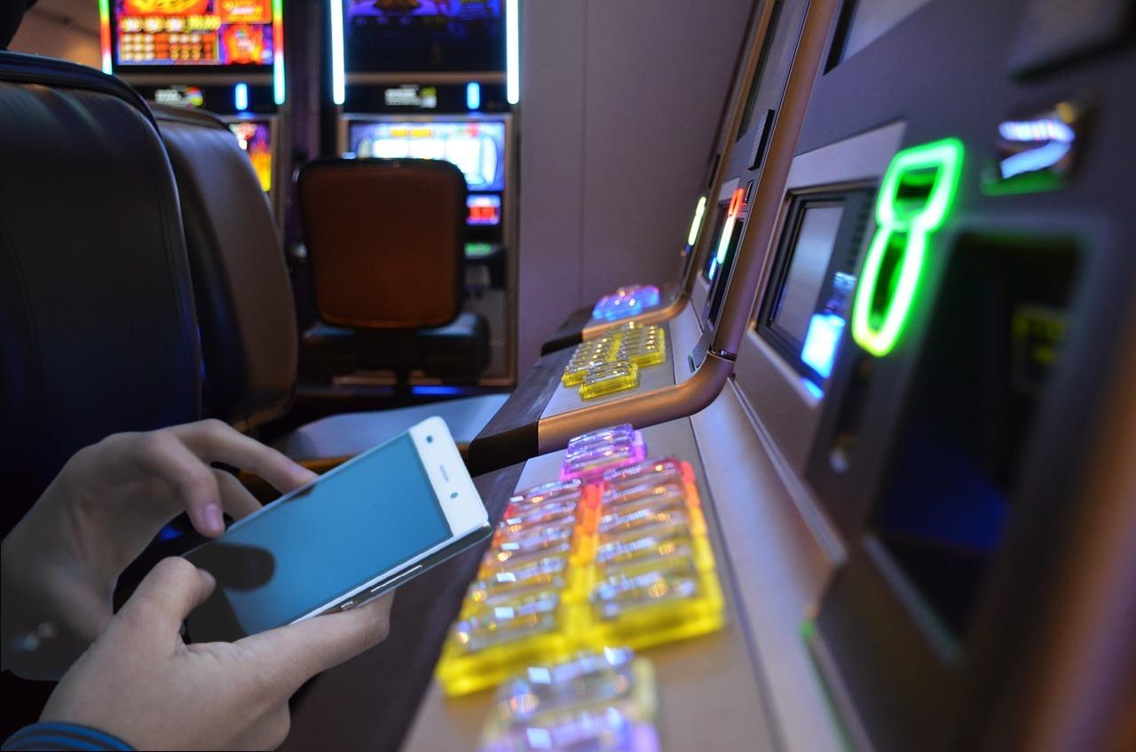 Hände, Smartphone, Spielautomat)