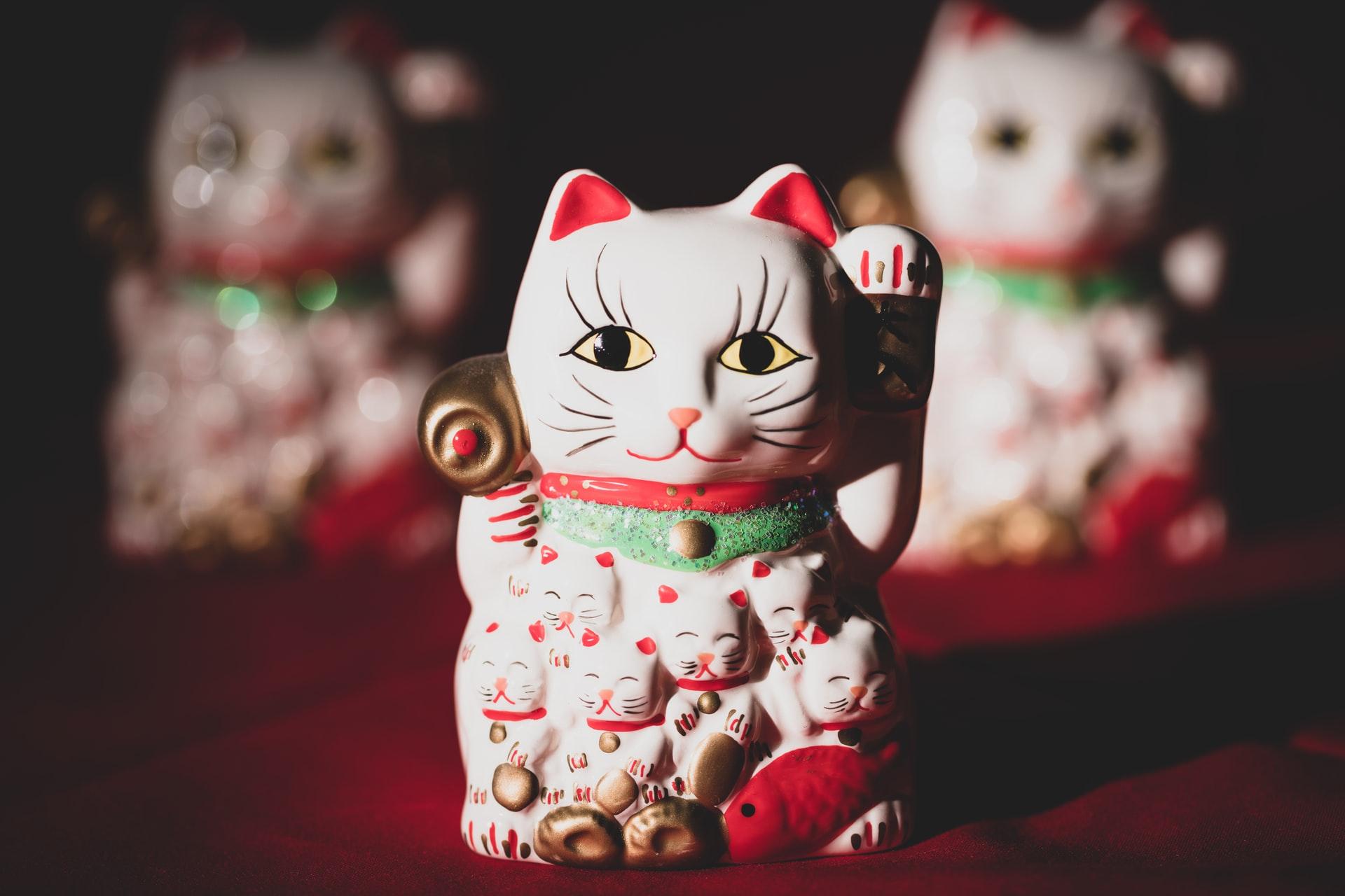 Die winkende Glückskatze Maneki Neko ist ein Glücksbringer Tier aus Japan