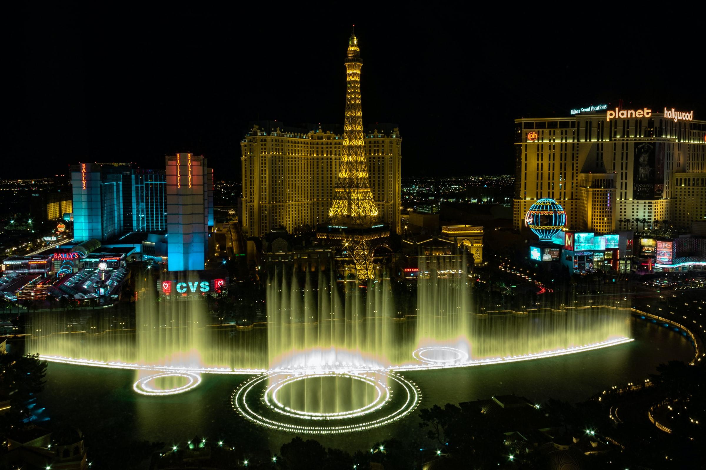 Blick auf den Las Vegas Strip und die Fontänen des Bellagio Hotels
