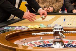 Eine Szene aus einem Casino ist zu sehen.