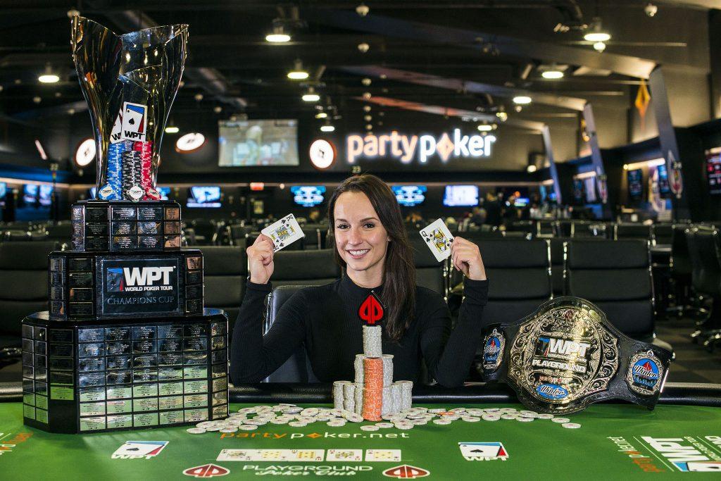 Ema Zajmovic sitzt am Pokertisch im Casino und triumphiert.