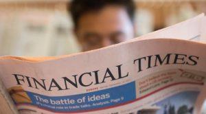 Das Bild zeigt einen Leser mit der Financial Times.