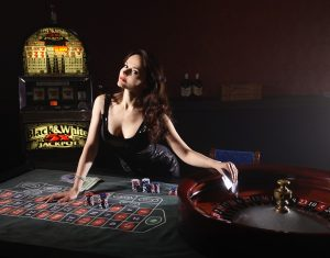 Das Bild zeigt eine Frau im Casino.