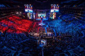 Das Bild zeigt eine eSports Arena.