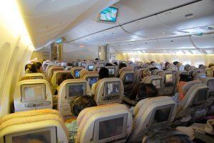 Das Bild zeigt den Innenbereich einer Emirates Maschine.