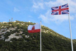 Die Flaggen von Gibraltar und Großbritannien vor dem Felsen