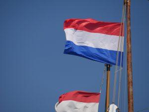 Die niederländische Flagge an einem Schiffsmast