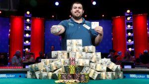 Scott Blumstein posiert mit seinem Bracelet und dem Preisgeld