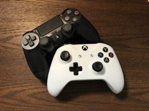 Zwei Controller von Playstation und Xbox