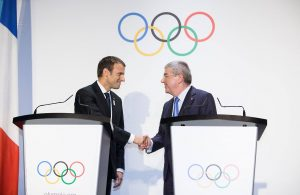 Präsident Emmanuel Macron und IOC-Präsident Thomas Bach