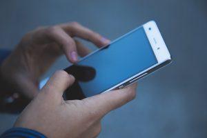 Eine Person benutzt ein Smartphone