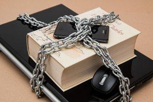 Internetzensur mit PC, Smartphone und Buch