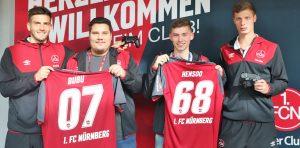 """Daniel """"Bubu"""" Butenko und Kai """"Hensoo"""" Hense mit ihren FC Nürnberg Trikots"""