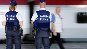 Belgische Polizisten vor einem Zug