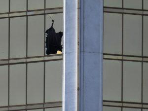 Eingebrochene Fensterscheibe des Mandalay Bay Hotels