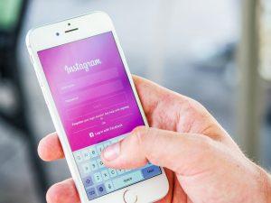 Smartphone mit Instagram Seite