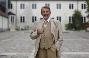 Firmengründer Paul Gauselmann vor Schloss Benkhausen in Espelkamp
