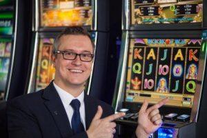 Der Duisburger Geschäftsführer Steffen Stumpf vor einem Spielautomaten