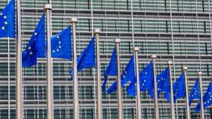 Gebäude der Europäischen Kommission in Brüssel mit EU-Flaggen