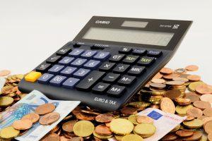 Taschenrechner auf Geldscheinen und Münzen