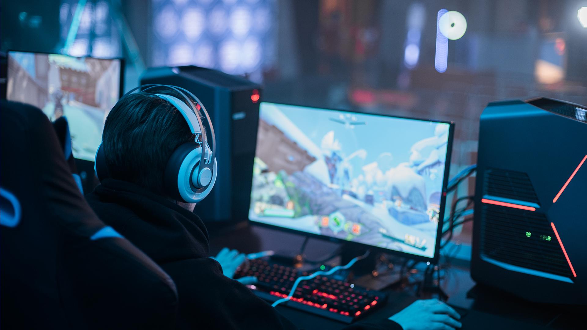 Computerspieler vor dem Bildschirm