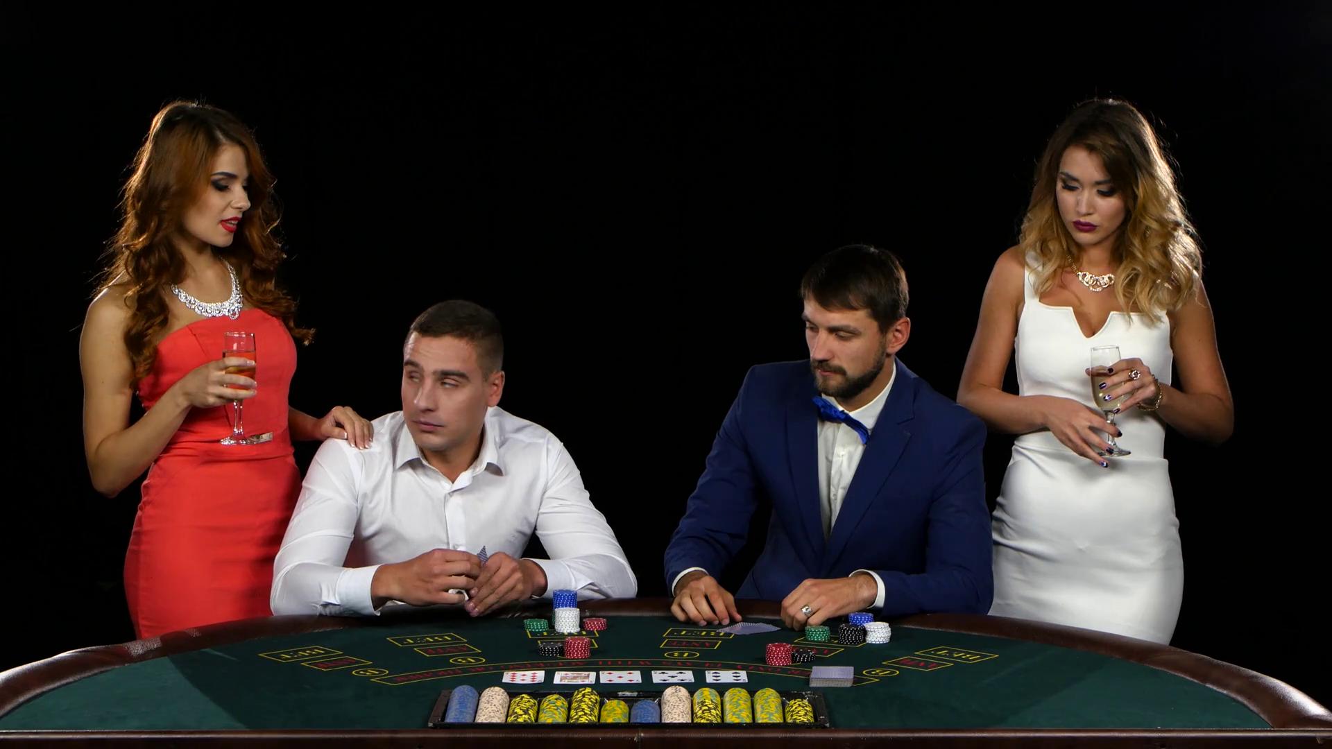 Männer und Frauen am Pokertisch
